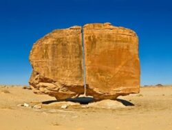 Misteri Al Naslaa, Batu yang Terbelah dengan Sempurna di Arab Saudi